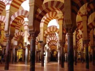 de typische bogen binnen de mezquita