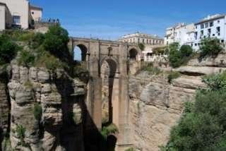 zicht door kloof in de stad Ronda