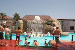 pretpark met waterval