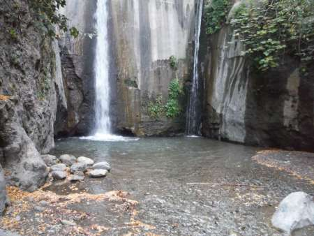 direct voor de lange hangbrug kunt u links naar beneden lopen, dan komt u bij het water van de watervallen